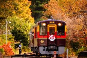 【関東】紅葉と温泉。日帰りで非日常を探すローカル線の旅6選