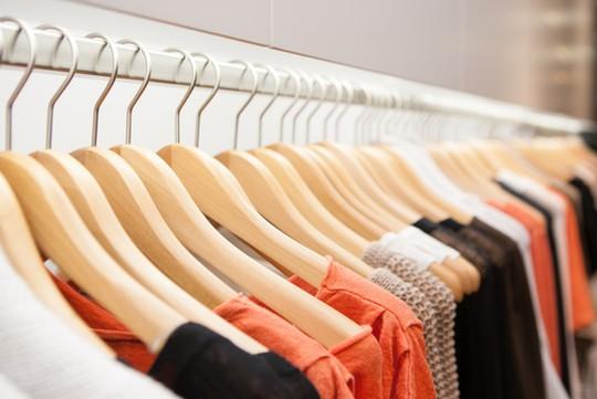 出典元 www.shutterstock.com/ja/image-photo/clothes-hang-on-shelf-designer-store-138828500?src=Bn_cxJUSiUk5Srn466a7xA-1-2