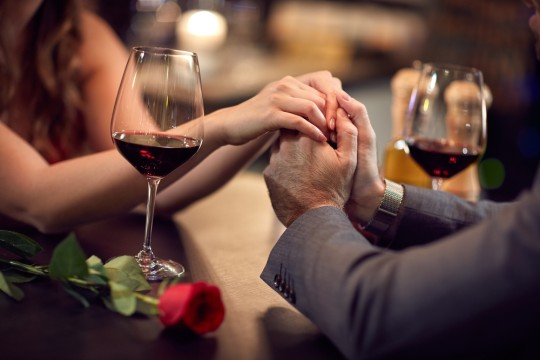 https://www.shutterstock.com/ja/image-photo/couple-have-romantic-evening-restaurant-567010213