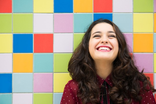 https://www.shutterstock.com/ja/image-photo/happy-girl-laughing-against-colorful-tiles-332500766