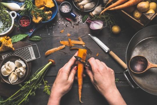 https://www.shutterstock.com/ja/image-photo/female-woman-hands-peeling-carrots-on-450187120