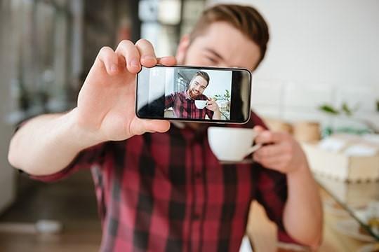 【禁断の扉】男の自撮りはアリ!?インスタで女子ウケの良い撮影方法