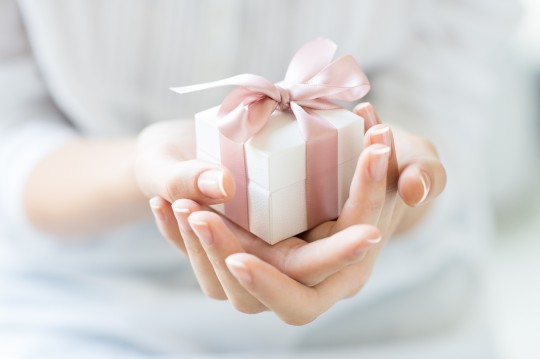 彼女「プレゼントはいらないよ」 この言葉は嘘?彼女の本当の心理と選び方を徹底解説