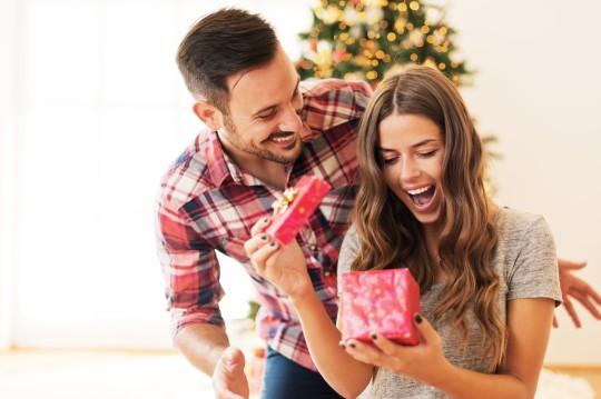 女性はダサいプレゼントを欲しくない?彼氏におねだりしたい欲しい物とは?