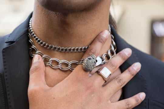ダサいネックレスを付ける男はモテない!男も許されるメンズネックレスは?