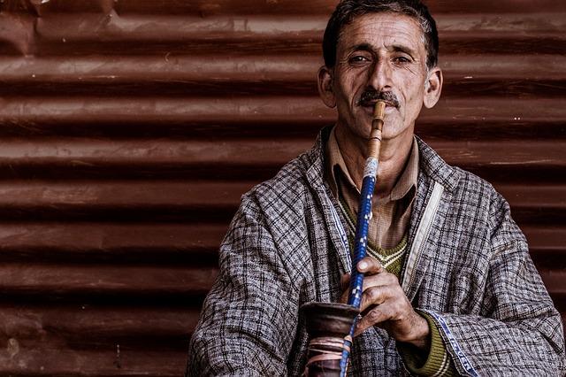 シーシャを吸う中東男性