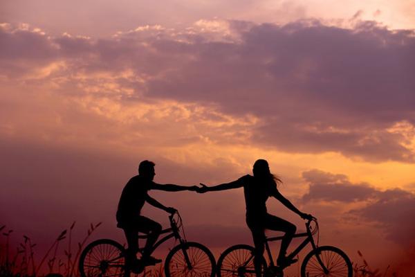 自転車カップルのシルエット