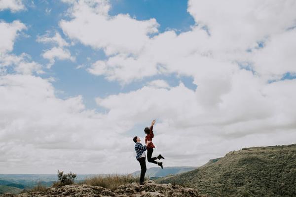 フィールドで飛び跳ねるカップル