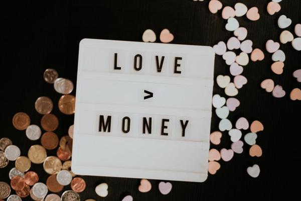 愛と金と書かれたプレート